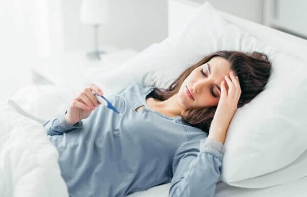 Nóng sốt, đau đầu, buồn nôn là bệnh gì?